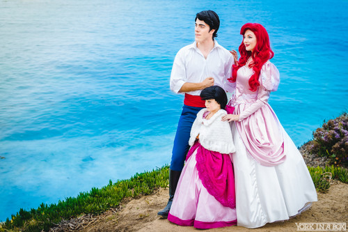 Disney Princess karatasi la kupamba ukuta with a bridesmaid called Ariel, Eric and Melody Cosplay