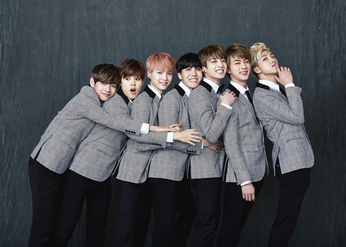 BTS achtergrond with a well dressed person titled BTS 2nd Anniversary 가족사진 'Real Family Picture' part.1