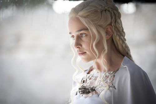 Дейенерис Таргариен Обои possibly containing a bridesmaid and a portrait titled Daenerys Targaryen Season 5