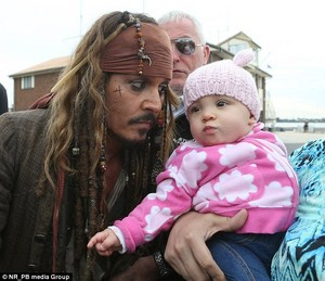 Johnny meets little fans on set of POTC 5 (June 2015)