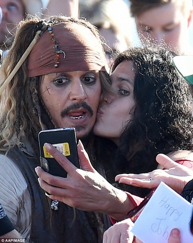 Johnny Depp achtergrond probably containing a sign titled Johnny with fans on set of POTC 5 (June 2015)
