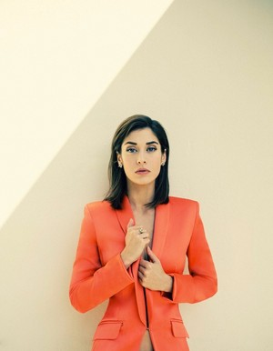 Lizzy Caplan in The envolver, abrigo - January 2014