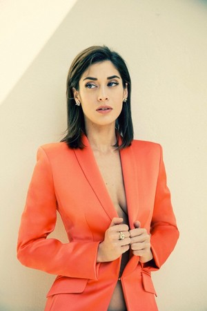 Lizzy Caplan in The ラップ - January 2014