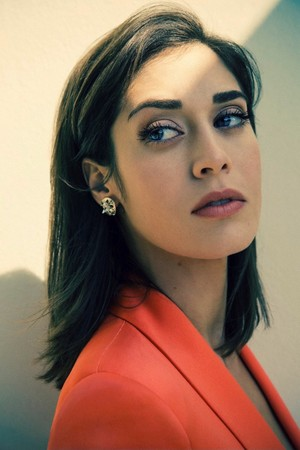 Lizzy Caplan in The embrulho, envoltório - January 2014