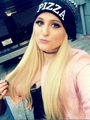 Meghan Trainer be rocking and loving her 比萨, 比萨饼 beanie!
