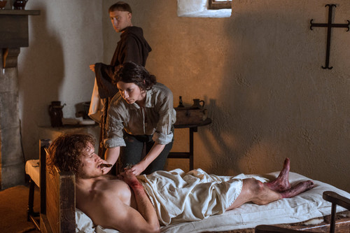 "Outlander 2014 TV Series پیپر وال possibly with a living room entitled Outlander ""To Ransom a Man's Soul"" (1x16) promotional picture"