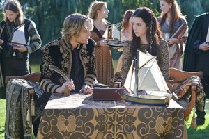 "Reign ""A Chill in the Air"" (1x05) promotional picture"