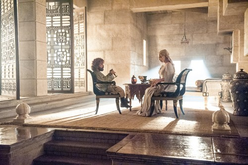 Daenerys Targaryen پیپر وال probably with a drawing room, a drawing room, and a living room titled daenerys and tyrion
