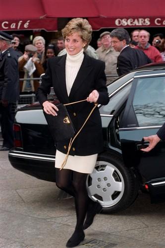 Princess Diana karatasi la kupamba ukuta titled princess diana