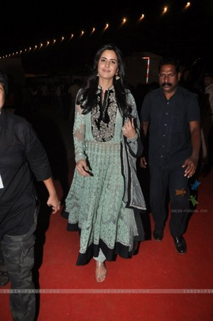 -katrina-kaif-poses-for-the-media-at-umang-police-show.