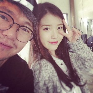 150708 ‎IU‬ with photographer ‪‎김제원‬ (Kim Je-won) gepostet on his Instagram
