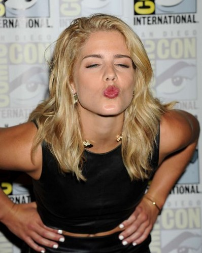Emily Bett Rickards fond d'écran with a portrait titled 2015 Comic-Con 'Arrow' Press Room - July 11, 2015