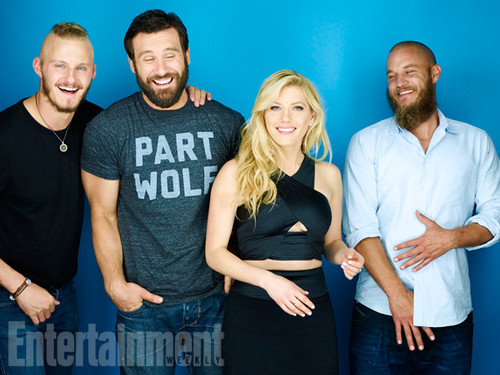 vikingos (serie de televisión) wallpaper probably containing a carriageway, a leisure wear, and a sign called Alexander Ludwig, Clive Standen, Katheryn Winnick, Travis Fimmel