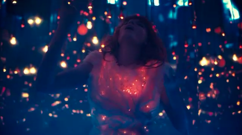 Florence + The Machine Hintergrund possibly with a konzert and a brunnen entitled Cosmic Liebe