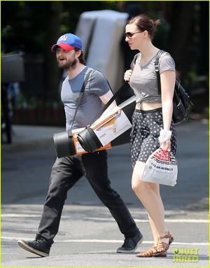 Daniel Radcliffe & Erin 商店 for Yoga Mats in New york,July 2 (Fb.com/DanieljacobRadcliffeFanClub)