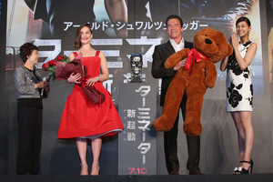 Emilia Clarke and Arnold Schwarzenegger at a টারমিনেটর Event in Tokyo