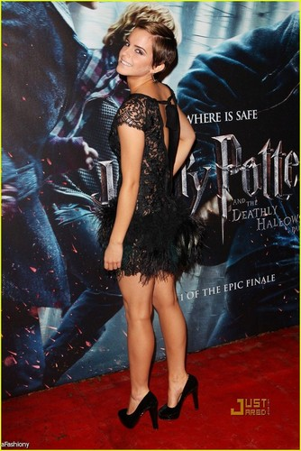 Emma Watson fond d'écran probably with a cocktail dress, a hip boot, and a bustier entitled Emma Watson
