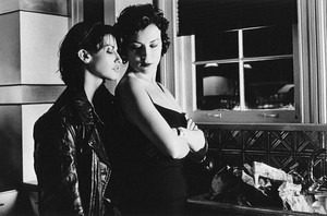 Gina Gershon as Corky and Jennifer Tilly as ungu in 'Bound'
