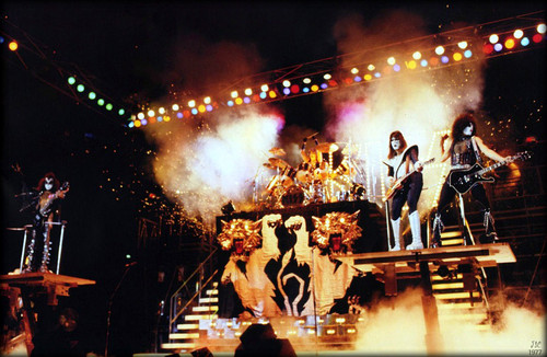 KISS پیپر وال containing a کنسرٹ entitled KISS ~August 19, 1977 (Alive II تصویر Session)