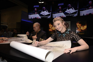 Mockingjay Pt. 2 Cast Signings At Comic Con