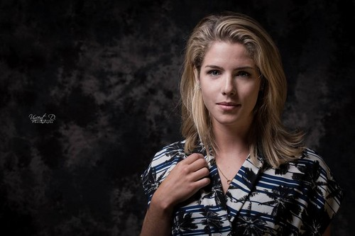 Emily Bett Rickards fond d'écran probably containing a portrait entitled Paris Comic-Con