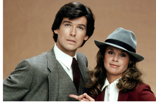 Remington Steele 바탕화면 with a business suit entitled Remington Steele