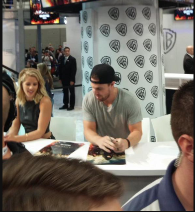 Stephen Amell & Emily Bett Rickards fondo de pantalla containing a sign titled Stephen Amell and Emily Bett Rickards signing autographs at SDCC 2015.