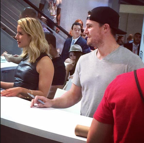 Stephen Amell & Emily Bett Rickards kertas dinding possibly containing a sign called Stephen Amell and Emily Bett Rickards signing autographs at SDCC 2015.