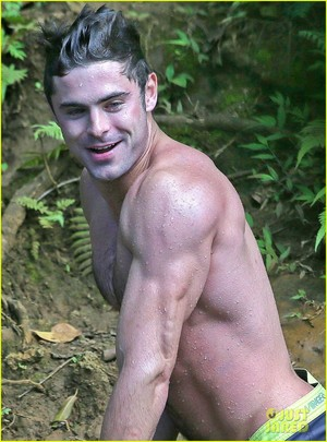 Zac Efron Goes Shirtless in Hawaii, Is più Ripped Than Ever!