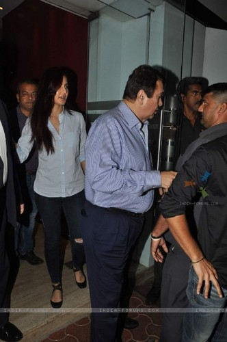 Katrina Kaif karatasi la kupamba ukuta titled randhir-kapoor-and-katrina-kaif-snapped-at-a-family-dinner.