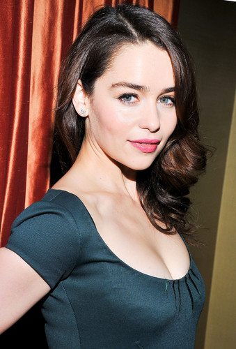 Emilia Clarke پیپر وال probably containing a portrait titled <3 Emilia Clarke <3