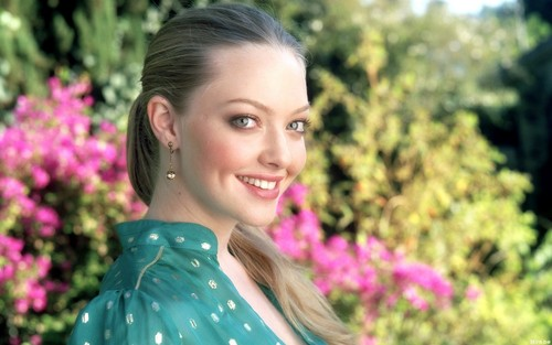Amanda Seyfried wallpaper possibly with a portrait entitled   Amanda