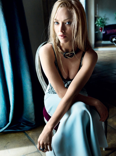 Amanda Seyfried वॉलपेपर possibly containing a कॉकटेल dress and attractiveness titled Amanda Seyfried