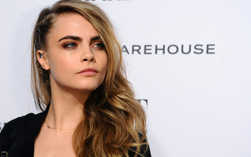 Cara Delevingne karatasi la kupamba ukuta containing a portrait and attractiveness titled Cara Delevingne