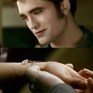 Edward gives Bella corazón charm