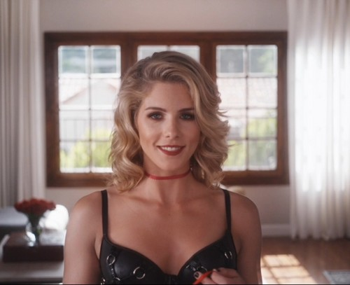 Emily Bett Rickards Hintergrund possibly containing attractiveness entitled Emily Bett Rickards in Normal Doors