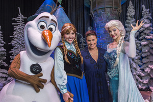 Idina Menzel meets Olaf, Anna and Elsa at Walt disney World