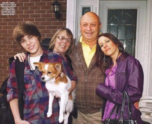 Justin Bieber with his grandparents and sammy