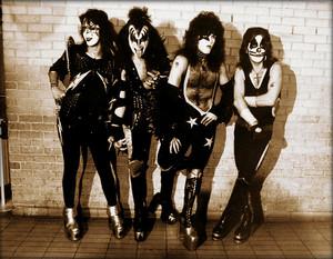 Kiss ~London, England…May 10, 1976 (Heathrow Airport)