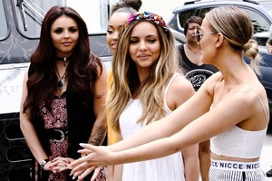 Little Mix giving ice cream to অনুরাগী