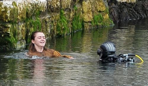 Arya Stark wallpaper entitled Maisie Williams filming Game of Thrones season 6