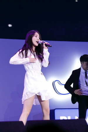 150908 IU at Samsung Play the Challenge Talk концерт