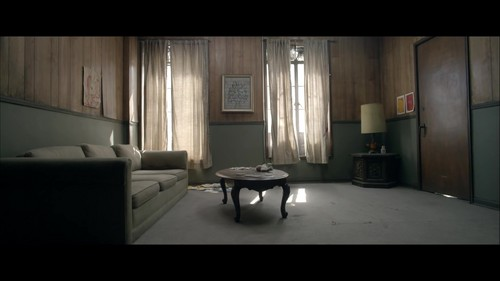 Sia imgenes chandelier music video hd fondo de pantalla and sia fondo de pantalla containing a living room a parlor and a family room chandelier music mozeypictures Image collections