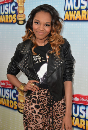 China Anne Mcclain got her michael jackson 衬衫 on