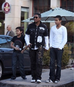 Jaafar Jermajesty got his michael jackson 衬衫 with dad Jermaine jaffar jackson 10082825 819 959