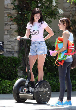 Kylie Jenner got her michael jackson topo, início on and on segway in calabasas