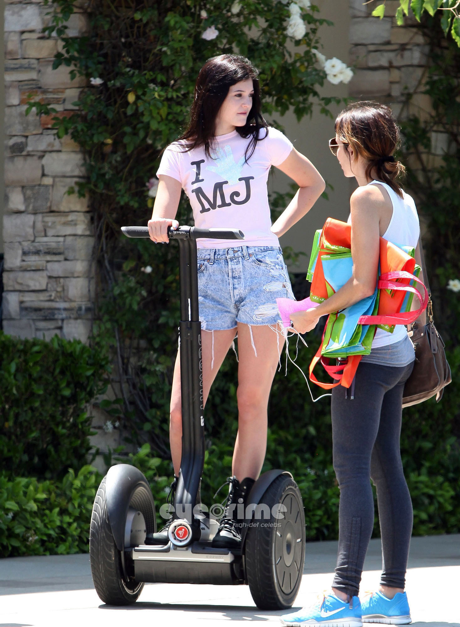 Kylie Jenner got her michael jackson चोटी, शीर्ष on and on segway in calabasas