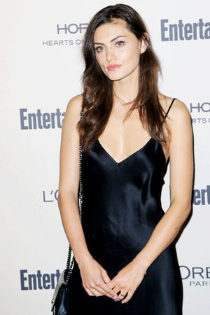 Phoebe Tonkin attends the 2015 Entertainment Weekly Pre-Emmy Party at инжир
