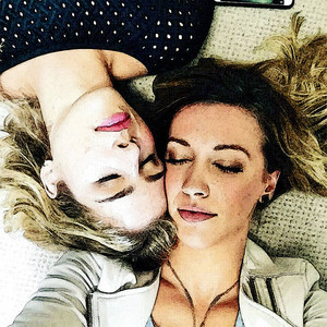 चित्र to Painting Emily Bett Rickards and Katie Cassidy