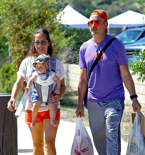 robert_downey_jr. wallpaper titled Robert Downey Jr and Susan Downey take their daughter Avri Downey out to the Farmer's market